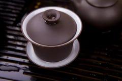 Teekanne auf einer braunen hölzernen Oberfläche. Stockfoto