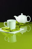 Teekanne auf grüner Tabelle Stockfoto