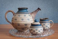 Teekanne auf Holztisch Lizenzfreies Stockbild