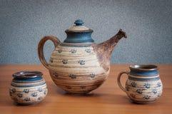 Teekanne auf Holztisch Lizenzfreie Stockfotografie