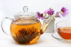 Teekanne, eine Tasse Tee Stockfoto