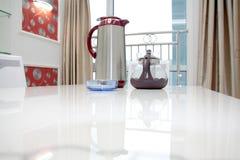 Teekanne in einem neuen Haus Stockbild