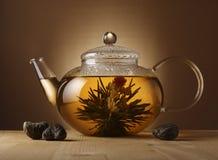 Teekanne mit chinesischem Tee Stockfotografie