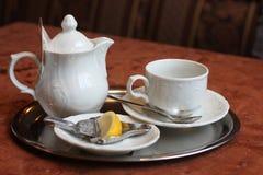 Teekanne mit Schale und von der Zitrone gebissen Stockbild