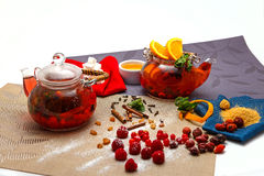 Teekanne mit zwei Gläsern mit Beerentee Lizenzfreie Stockbilder