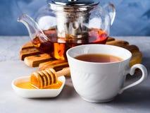 Teekanne roter Tee und Honig Lizenzfreie Stockfotos