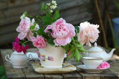 Teekanne, Schale und schöner Frühlingsblumenstrauß lizenzfreies stockbild