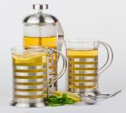 Teekanne und Cup mit Minze und Zitrone Lizenzfreie Stockbilder