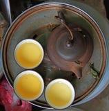 Teekanne und drei Schalen, Ansicht von der Spitze Lizenzfreie Stockbilder