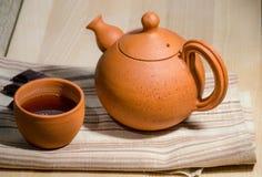 Teekanne und ein Cup lizenzfreie stockbilder