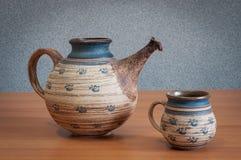 Teekanne und Schale auf dem Tisch Lizenzfreie Stockfotos