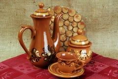 Teekanne und Schalen vom Lehm Stockfotos