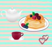 Teekanne und Tasse Tee und Pfannkuchen mit bererry Stockbilder