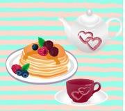 Teekanne und Tasse Tee und Pfannkuchen mit bererry Stockbild