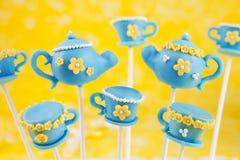 Teekanne- und Teacupkuchenknalle Stockfoto