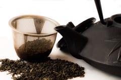 Teekanne und Teeblätter Lizenzfreie Stockbilder