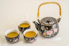 Teekanne und Teeschalen Stockbild