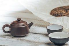 Teekanne von Yixing-Lehm für chinesische Teezeremonie auf rustikalem hölzernem Hintergrund Stockfoto