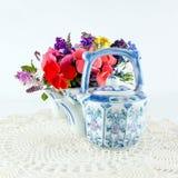 Teekannen mit Blumen stockfotos