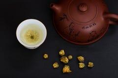 Teekannen- und Chrysanthementee lizenzfreie stockfotografie