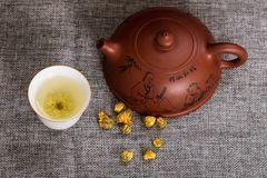 Teekannen- und Chrysanthementee stockbilder