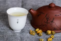 Teekannen- und Chrysanthementee lizenzfreies stockbild
