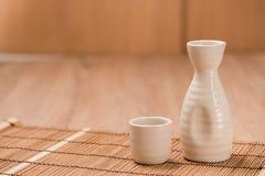 Teekannen und Glas auf hölzerner Tabelle Lizenzfreie Stockfotos