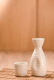 Teekannen und Glas auf hölzerner Tabelle Lizenzfreie Stockbilder