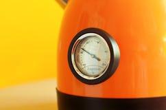 Teekannenchromthermometer auf gelbem Hintergrund Stockfotografie