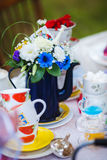 Teekessel verziert mit Blumen Schalen auf den Platten lizenzfreies stockfoto