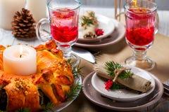 Teekorinthen in einem transparenten Becher und in einer Torte Stockbilder
