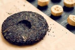 Teekuchen von traditioneller Chinese puer Getränk in den unterschiedlichen Formen und in der Art Populärer Antioxidanstee von Chi Stockbilder