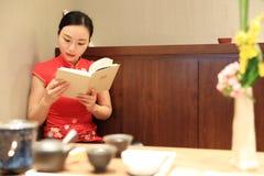 Teekunst von China, von Getränktee und von gelesenem Buch Stockfotos