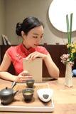 Teekunst von China, von Getränktee und von gelesenem Buch Lizenzfreie Stockbilder