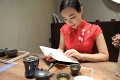Teekunst von China, von Getränktee und von gelesenem Buch Lizenzfreie Stockfotografie