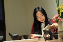 Teekunst von China, von Getränktee und von gelesenem Buch Stockfotografie