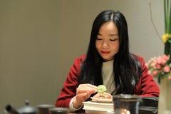 Teekunst von China, von Getränktee und von gelesenem Buch Lizenzfreie Stockfotos