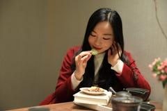 Teekunst von China, von Getränktee und von gelesenem Buch Stockfoto