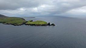 Teelin海湾鸟瞰图在狂放的大西洋途中的多尼戈尔郡在爱尔兰 股票视频
