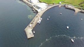 Teelin海湾鸟瞰图在狂放的大西洋途中的多尼戈尔郡在爱尔兰 股票录像