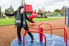 Teen balansera på Merrygoround royaltyfria foton