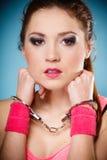 Teen brott - tonåringflicka i handbojor Royaltyfri Bild