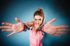 Teen brott - tonåringflicka i handbojor Arkivfoto
