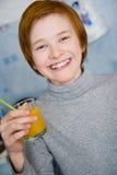 Teen dricka fruktsaft för Redhead Royaltyfri Fotografi