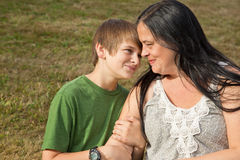 Teen för övertalning Mom kontra Royaltyfri Foto