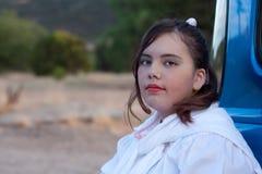 Teen flicka för allvarlig 50-tal i uppsamlingslastbil Fotografering för Bildbyråer