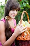 Teen flicka med korgen av äpplen Royaltyfria Foton