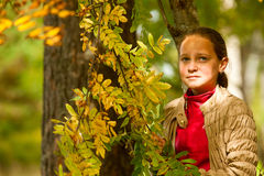 Teen-flicka på höstparken Arkivfoto
