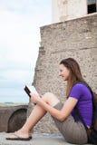 Teen flicka som läser bibeln Arkivfoto