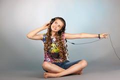 Teen flicka som lyssnar till musik Arkivbilder